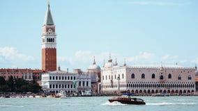 Se in mot San Marco Square, Venedig arkivfoton