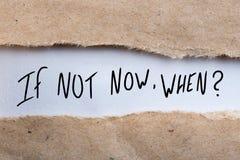 Se não agora em que, aparecendo atrás do envelope rasgado Pergunta motivando e inspirador Fotografia de Stock Royalty Free