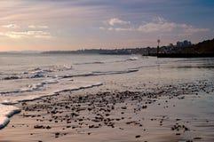 Se ner den Boscombe stranden i Bournemouth, Dorset Arkivbilder