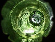 Se ner en tunnel på den vibrerande våta flaskan arkivbilder