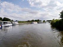 Se ner floden med förtöjde fartyg till det vänstert Arkivbild