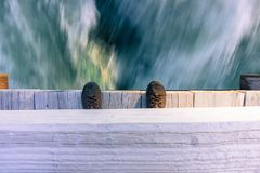 Se ner från en bro på en snabb rinnande flod Arkivbilder