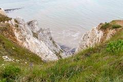 Se ner klippaframsidan till stranden under Royaltyfria Bilder