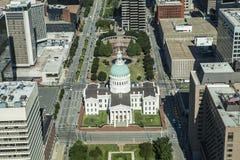 Se ner på den gamla domstolsbyggnaden arkivfoton