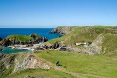Se ner på den Kynance lilla viken, Cornwall Arkivbilder
