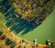 Se ner på förtöjde husbåtar på kuster av Murray River arkivfoto