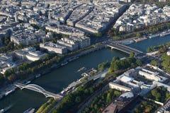 Se ner på floden Seine Paris, Frankrike med broar och fartyg arkivfoto