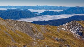 Se ner på moln, Nelson Lakes National Park, Nya Zeeland arkivfoton