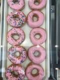 Se ner på rosa donuts Royaltyfria Bilder