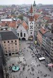 Se ner på stadsmitten av Prague, med shopparebustlin Royaltyfri Foto