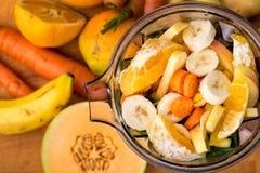 Se ner på nya snittfrukt och grönsaker i en blandare Royaltyfri Bild