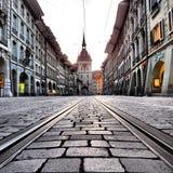 Se ner spårvagnspåren i Berne Switzerland& x27; s-huvudstad Arkivbilder
