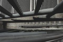 Se ner till och med trappa för parkeringsgarage arkivfoto