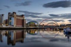 Se ner Tyne River till det baltiskt, visa mannen och milleniumbron royaltyfri bild