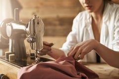 Se non potete comprare i vestiti cucono uno Colpo potato dell'indumento di fabbricazione femminile sulla macchina per cucire, cre fotografia stock libera da diritti