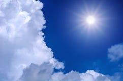Sun y fondo del cielo azul Foto de archivo