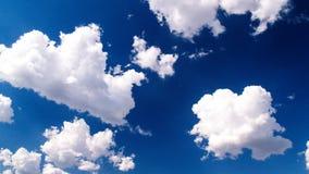 Se nubla el aginst un azul quebradizo fotografía de archivo libre de regalías
