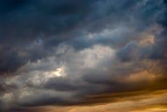 Se nubla el cielo azul Fotos de archivo