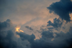 Se nubla el cielo azul Imagen de archivo