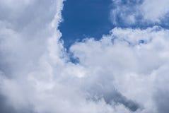 Se nubla el cielo azul Foto de archivo