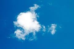 Se nubla el cielo azul Imagenes de archivo