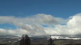 Se nubla el cielo de la montaña de la nieve del invierno metrajes