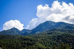 Se nubla el cielo de las montañas Foto de archivo libre de regalías