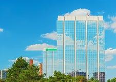 Se nubla el reflaction en ventanas del edificio de oficinas Fotografía de archivo libre de regalías