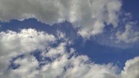 Se nubla la forma del azul de cielo almacen de metraje de vídeo