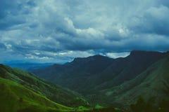 Se nubla la formación sobre las montañas Foto de archivo