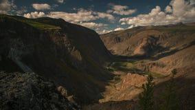 Se nubla lapso de tiempo Paisaje del valle de la montaña en otoño almacen de metraje de vídeo