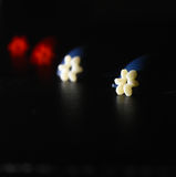 se opone la foto roja de la acción del negocio de las estrellas blancas Fotografía de archivo