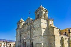 Se?ora Assumption Cathedral Church Oaxaca M?xico de las torres de las estatuas de la fachada foto de archivo libre de regalías