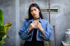 Se?ora tailandesa en vestido negro con la chaqueta de la mezclilla foto de archivo libre de regalías