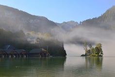 Se på en liten ö med träd i sjön med dimma omkring på morgonen Royaltyfri Fotografi