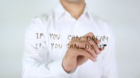 Se potete sognarlo potete farlo, scrivendo sul vetro Fotografie Stock