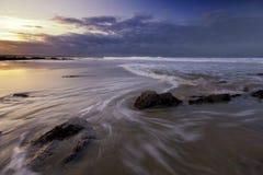 Se précipiter ondule sur la plage. Photo libre de droits