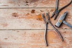 Se préparant à la réparation, rénovation Divers vieux outils sur le plancher minable Photos stock