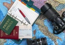 Se préparant au voyage, voyage Sur la carte est un passeport, un billet, une carte de presse, un carnet et une caméra images stock