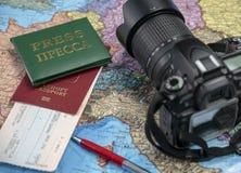Se préparant au voyage, voyage Sur la carte est un passeport, un billet, une carte de presse, un carnet et une caméra photographie stock libre de droits