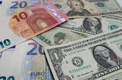 Se presentan los billetes de banco euro y los dólares americanos imágenes de archivo libres de regalías
