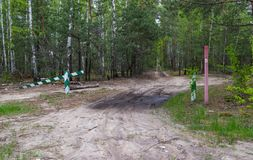 Se proh?be la entrada, la barrera es cerrada y permanece en el bosque y se proh?be la caza foto de archivo