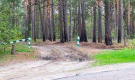 Se proh?be la entrada, la barrera es cerrada y permanece en el bosque y se proh?be la caza imagen de archivo