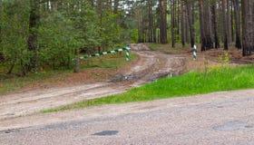 Se proh?be la entrada, la barrera es cerrada y permanece en el bosque y se proh?be la caza fotos de archivo