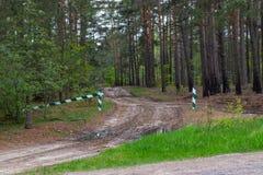 Se proh?be la entrada, la barrera es cerrada y permanece en el bosque y se proh?be la caza fotografía de archivo