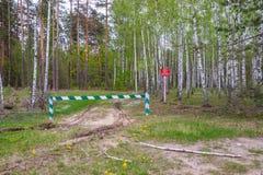Se proh?be la entrada, la barrera es cerrada y permanece en el bosque y se proh?be la caza foto de archivo libre de regalías