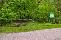 Se proh?be la entrada, la barrera es cerrada y permanece en el bosque y se proh?be la caza fotos de archivo libres de regalías