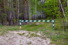 Se proh?be la entrada, la barrera es cerrada y permanece en el bosque y se proh?be la caza imagen de archivo libre de regalías