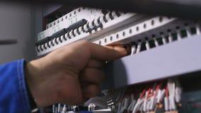 Se réunir d'électro connexions au bouclier électrique Aucun visage Plan rapproché 4K banque de vidéos