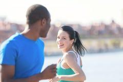 Se réunir d'amis. Jeunes couples souriant entre eux tandis que joggin Image libre de droits
